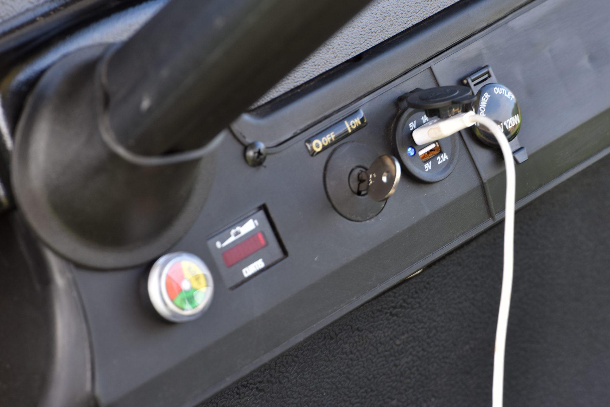 צמד שקעי USB לטעינת הטלפון או כל אביזר אחר - מקורי